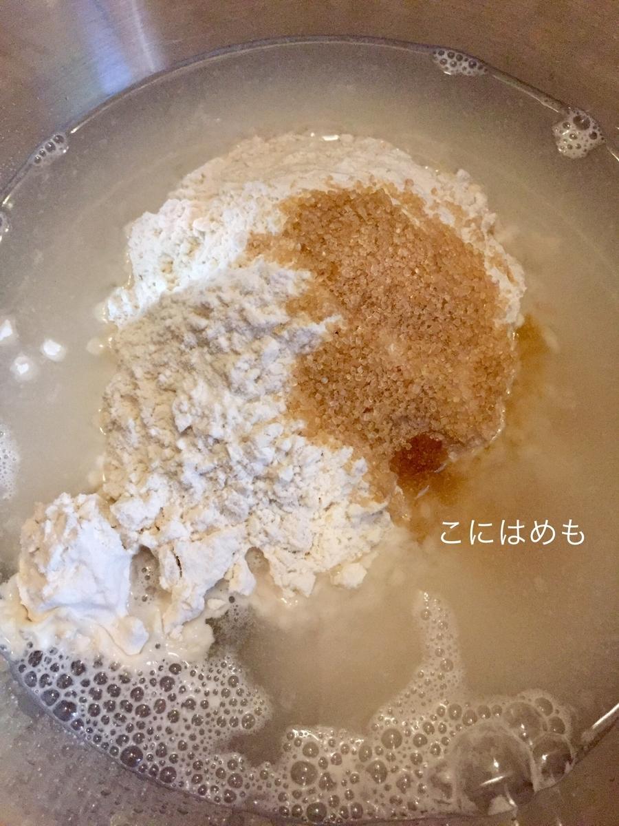 ボウルに強力粉と薄力粉、お水、お砂糖を入れて、混ぜる。