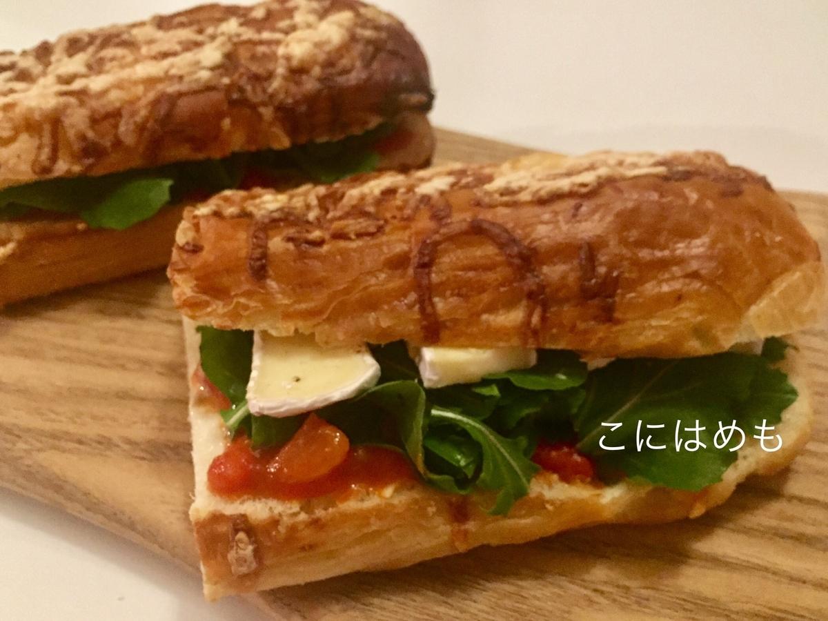 自家製「トマトソース」とルッコラ、カマンベールチーズのサンドイッチ。