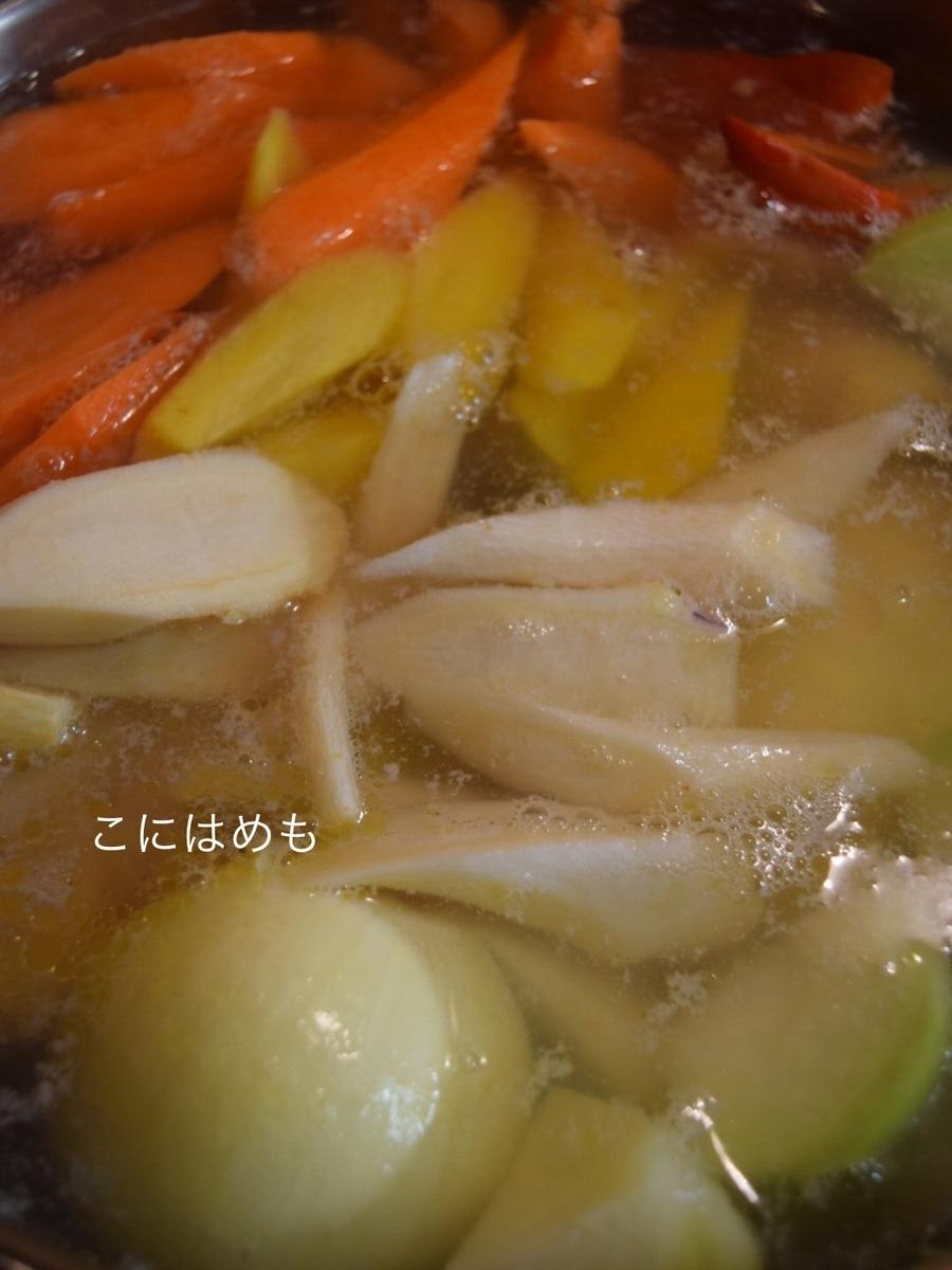 鶏肉や、お野菜をカットしてお鍋に入れていく。