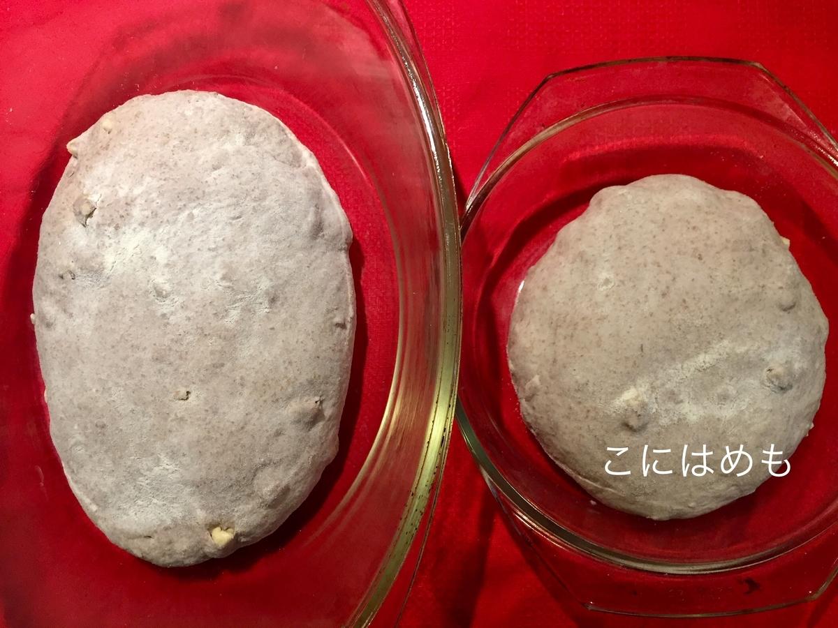 フタ付きの耐熱容器に薄くバターを塗って、形を整えたパン生地を入れ、切り込みを入れる。