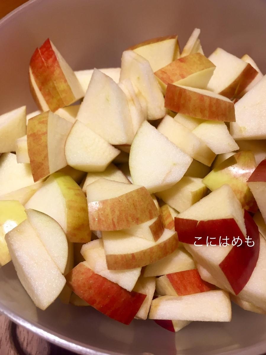 りんごをいちょう切りにする。