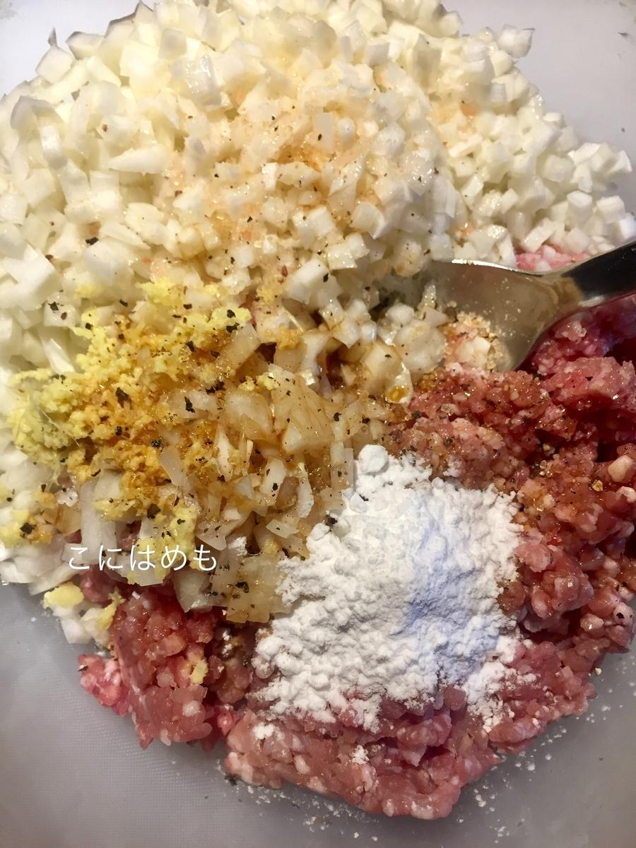 お野菜とひき肉などの肉だねの材料(ごま油以外)を入れて混ぜる。
