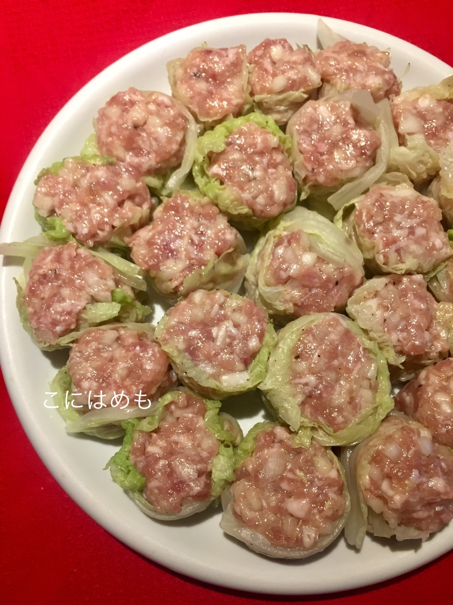 蒸した白菜の葉に肉だねを包む。