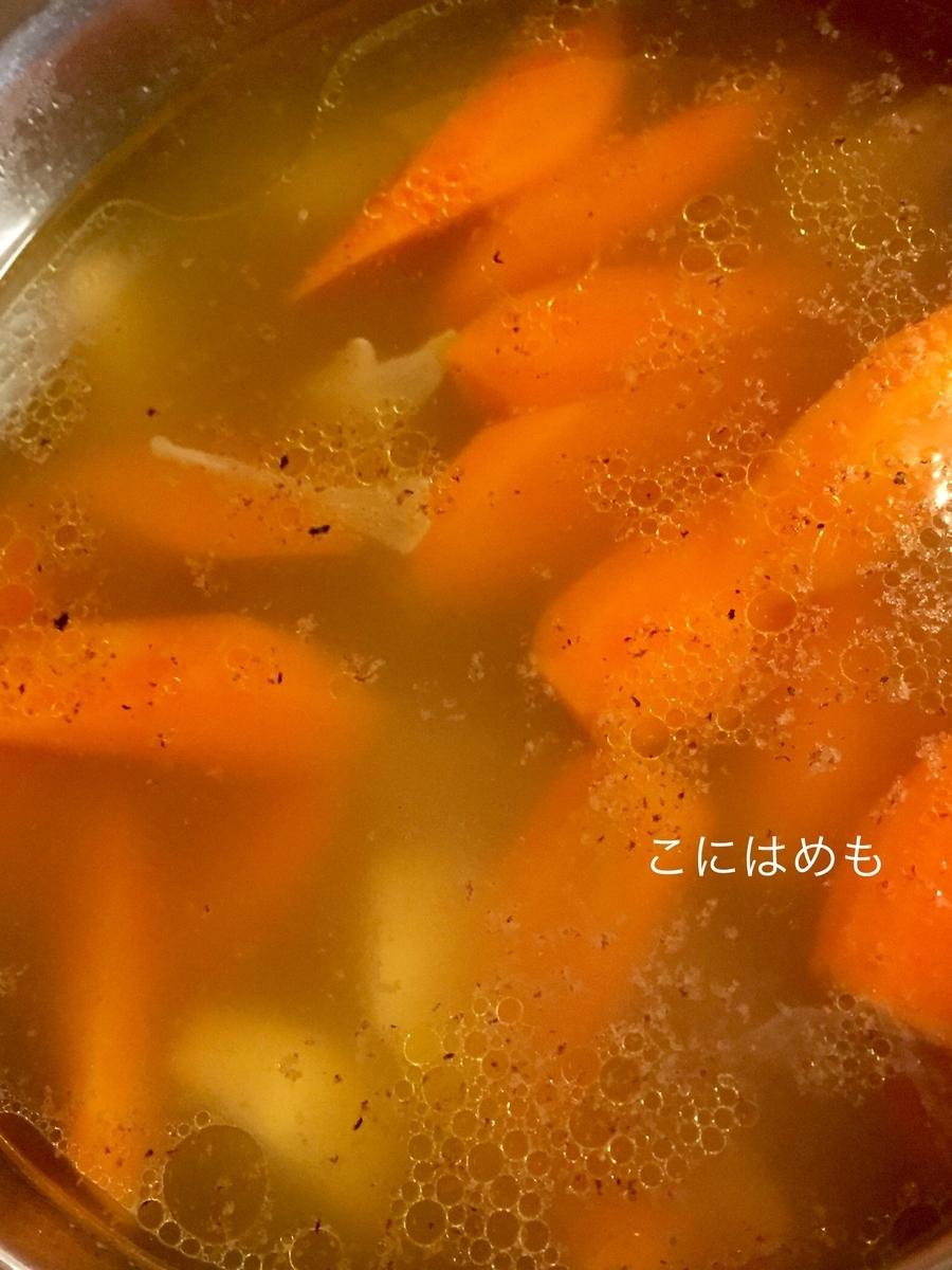 お野菜が柔らかくなってきたら、ナツメグ【写真左】を加える。