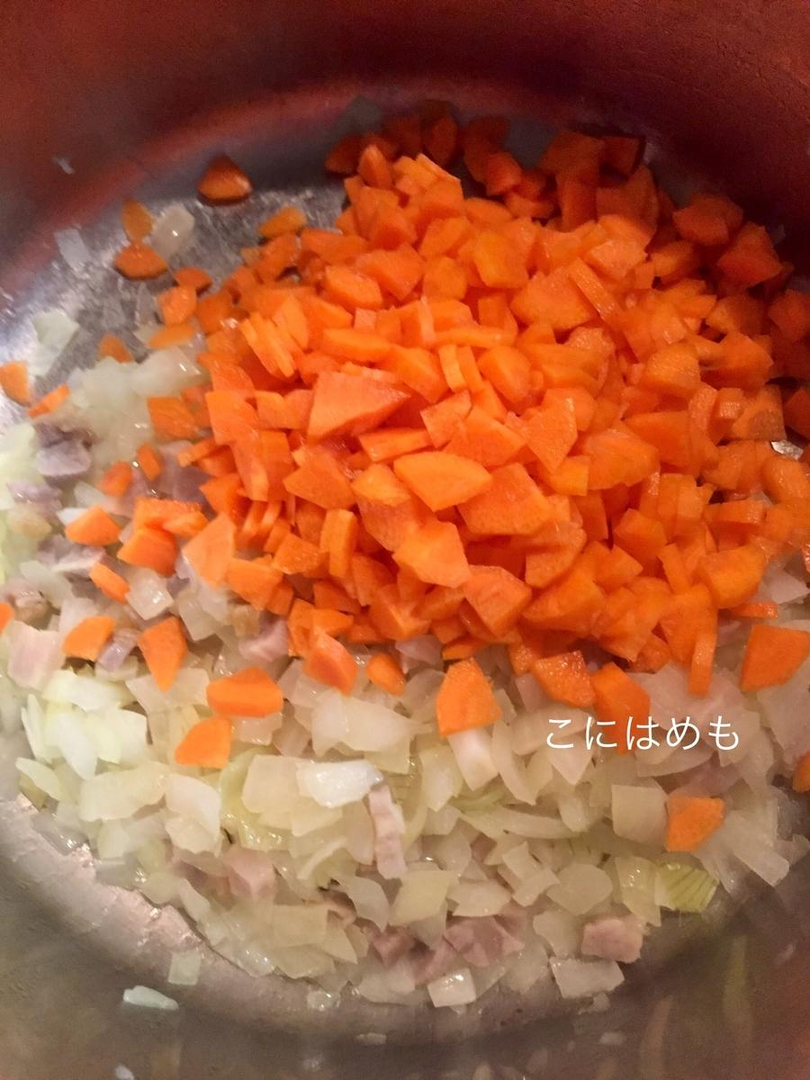 お鍋にオリーブオイルを入れて、ベーコン、玉ねぎ、人参を炒める。