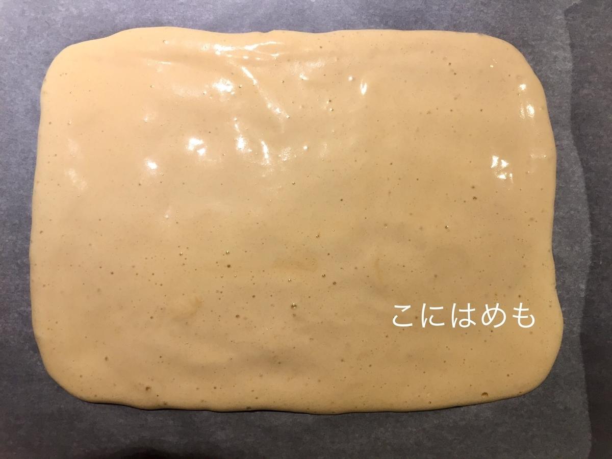 天板にケーキ生地を流してのせて、ゴムベラなどで長方形になるように伸ばす。