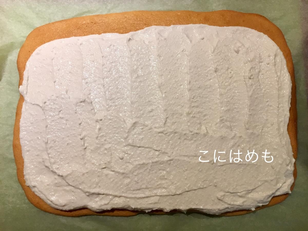 スポンジ生地の上にクリームをのせ、いちごを並べる。