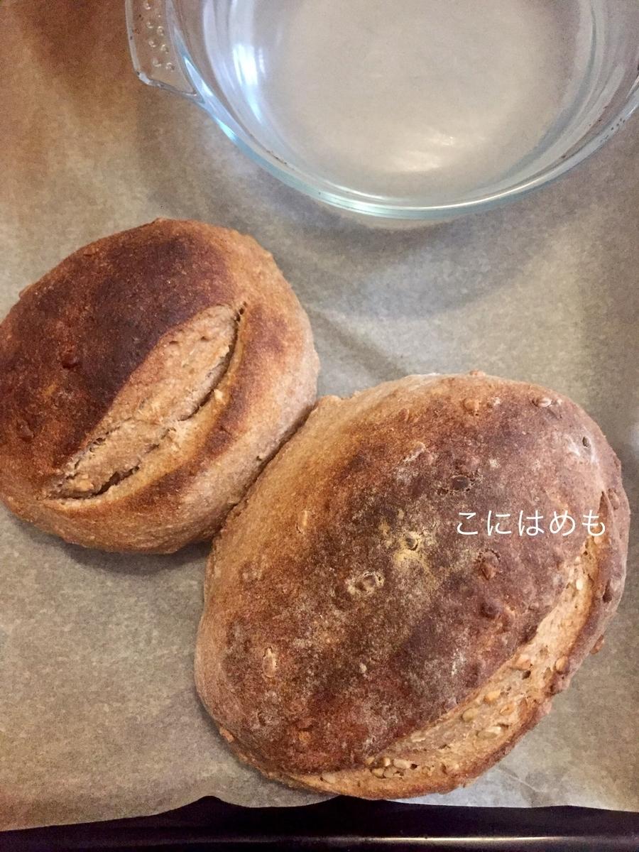 耐熱容器にお水を入れて一緒に焼いた天然酵母パン。
