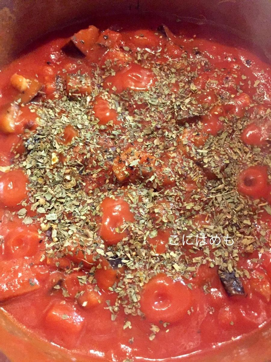 トマトピューレ、ドライバジル、塩、こしょうを入れる。