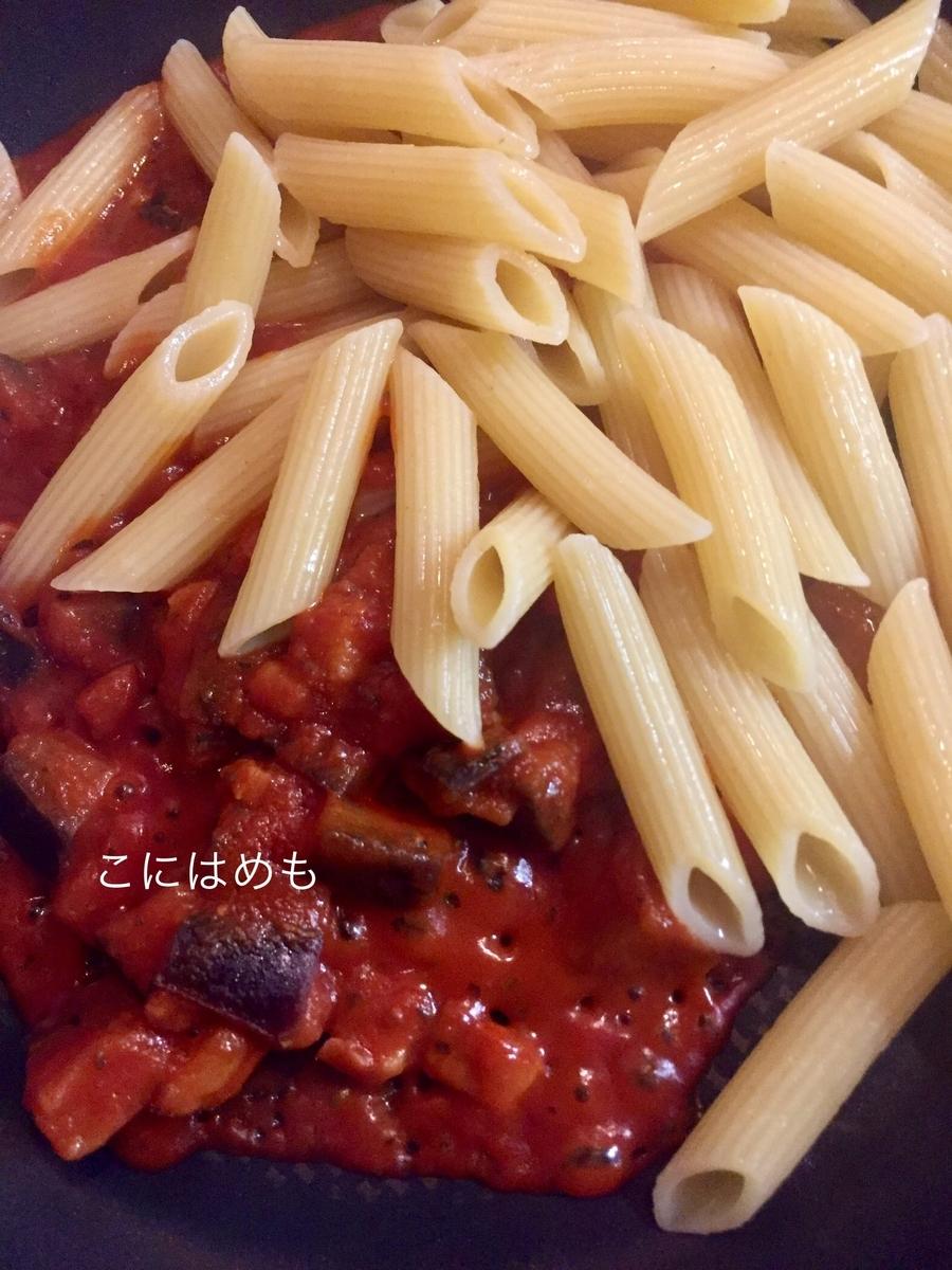 「ベーコンとナスのトマトソース」を温めて、パスタとさっと合わせる。