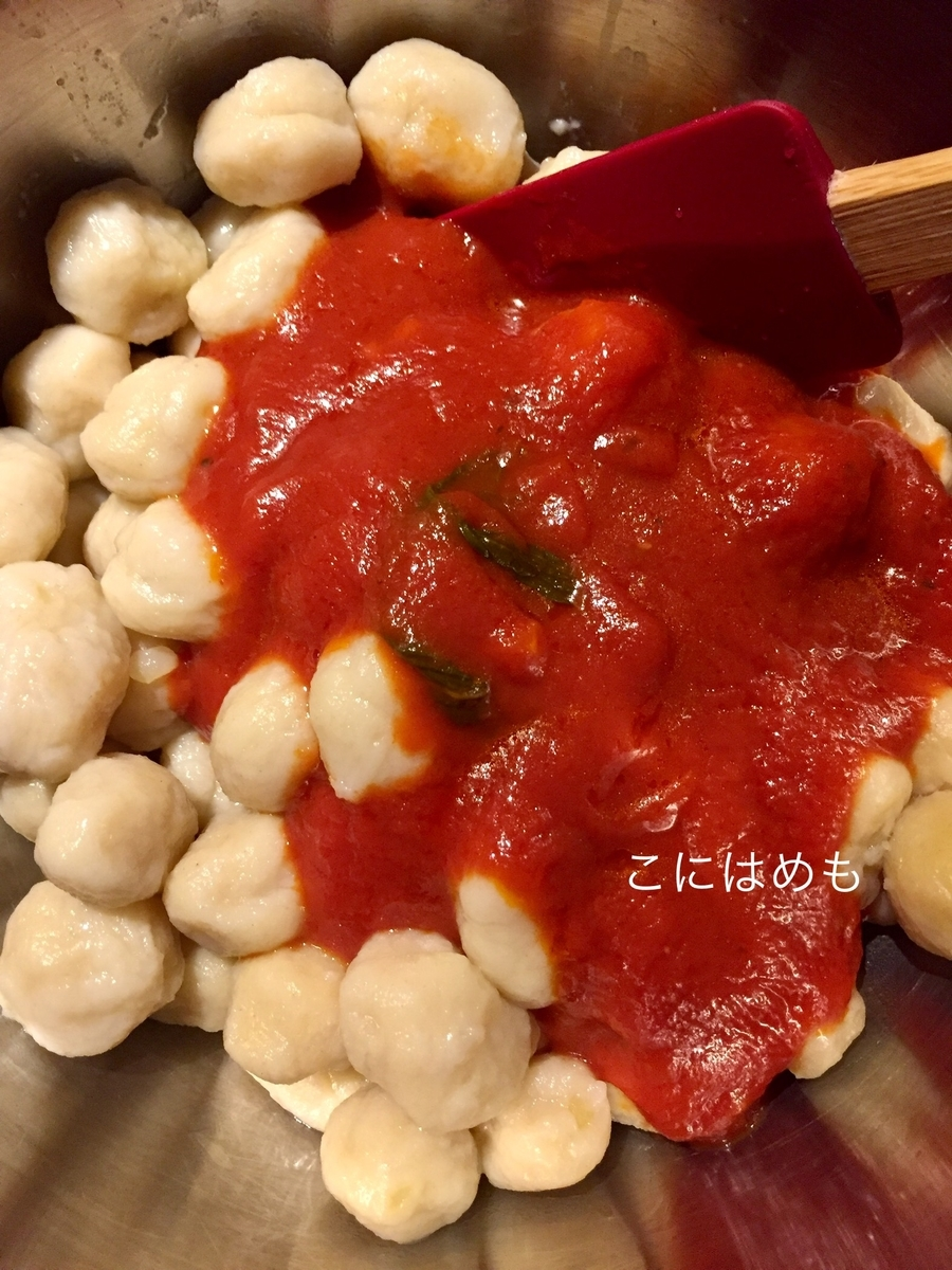ボウルにニョッキ(半分の量)、トマトソース(半分の量)を入れて混ぜる。