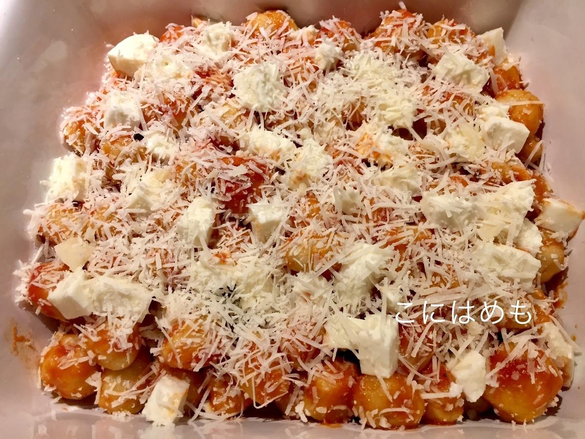 トマトソースと絡めたニョッキを入れて、チーズをかける。