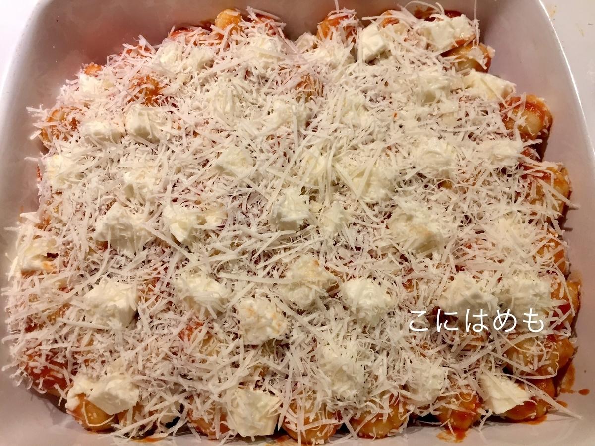 残りのトマトソースとニョッキを絡めて、チーズをかける。