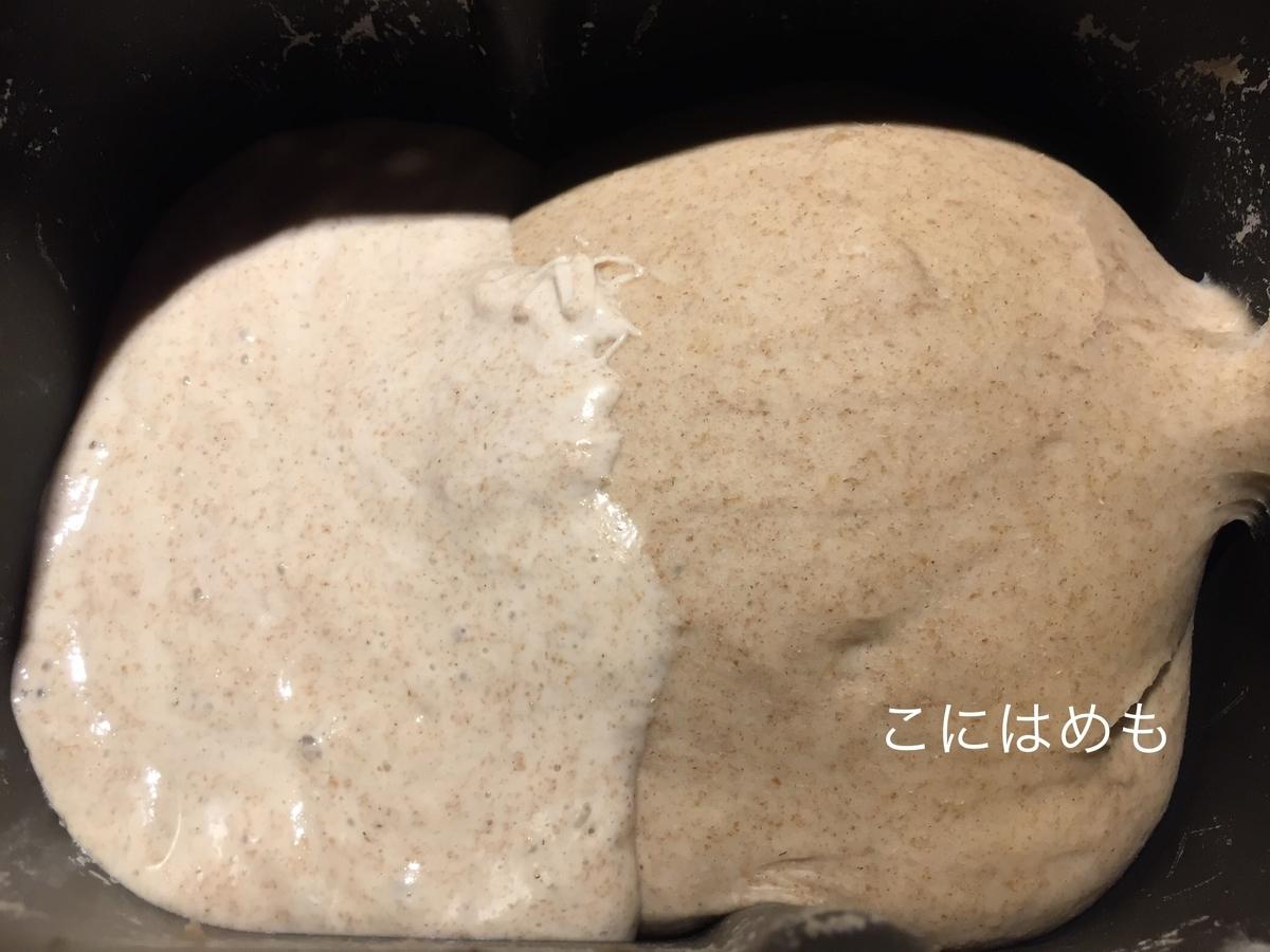 HBでお水、強力粉、ライ麦粉を混ぜて約40分置き、天然酵母を加えてさらに捏ねる。
