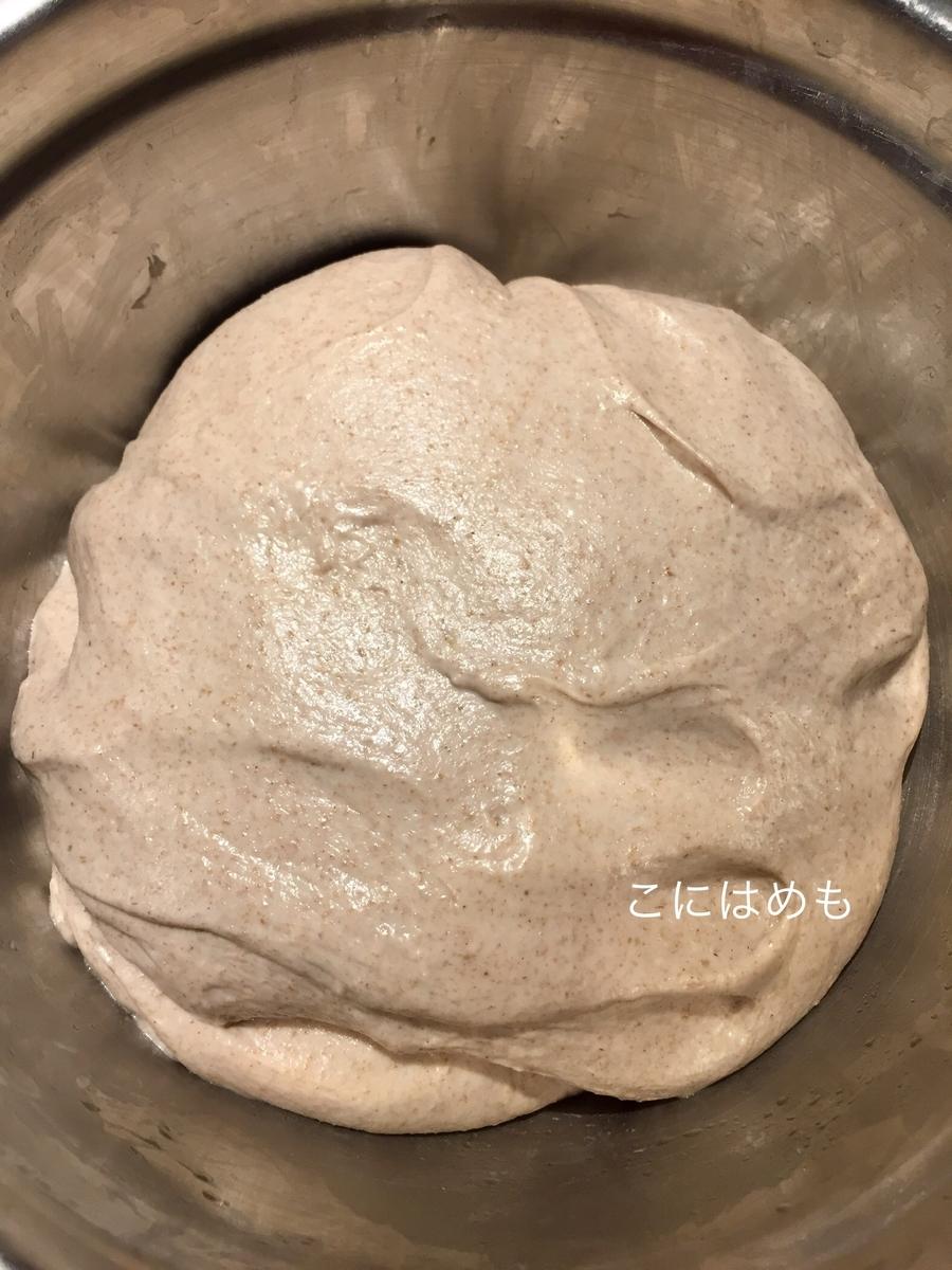 30分x3回の折りたたむ工程が終わって発酵が進んでいるパン生地。