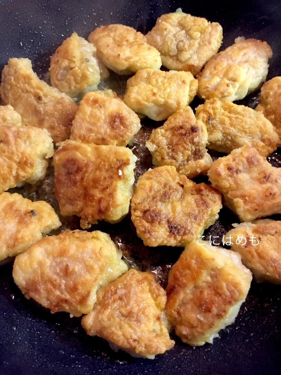 フライパンでこんがり焼き色がつくように揚げ焼きをする。