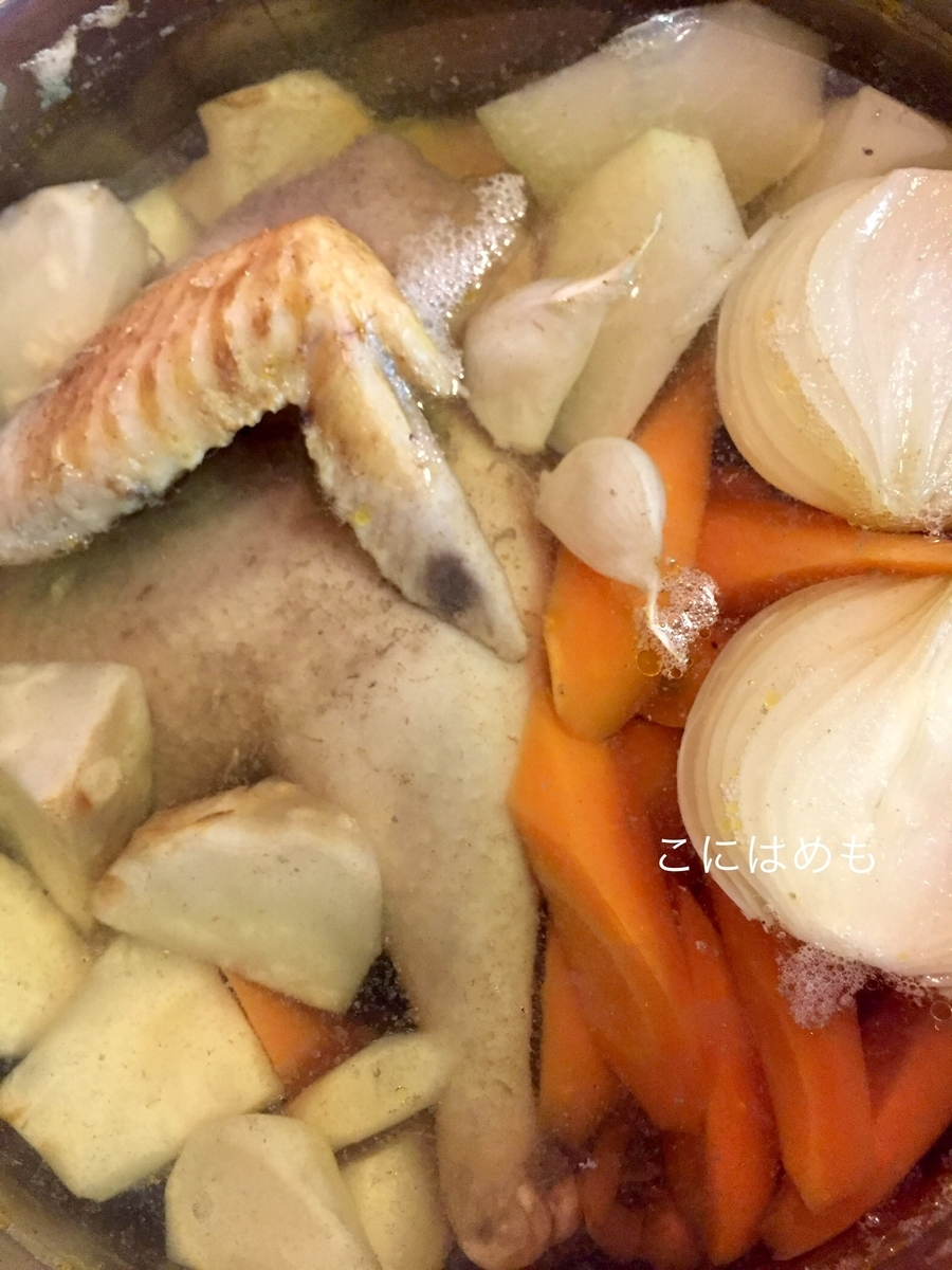 雌鶏が少しやわらかくなってきたら、人参、パセリの根、セロリの根、コールラビを入れて煮る。