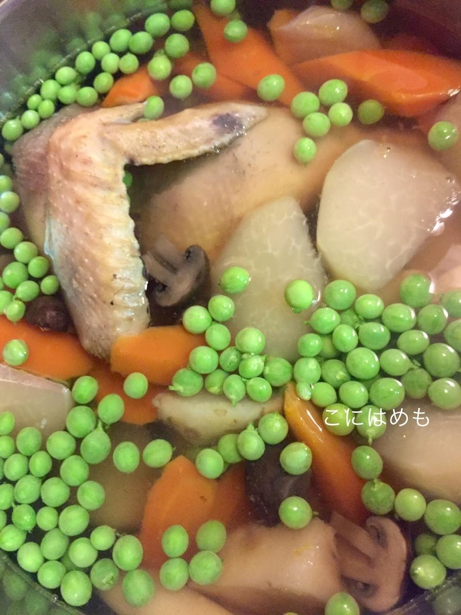 えんどう豆を入れて煮る。