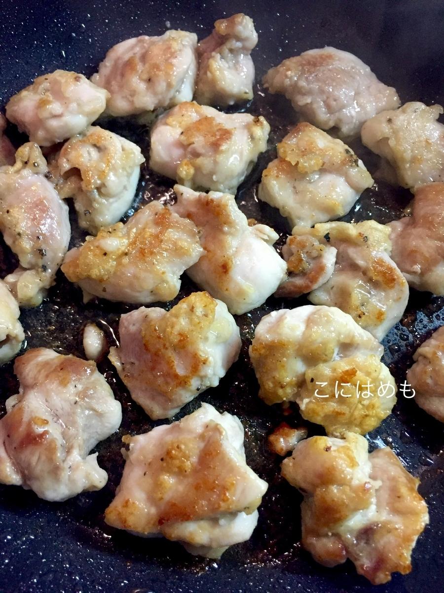 フライパンで鶏モモ肉を焼いていく。