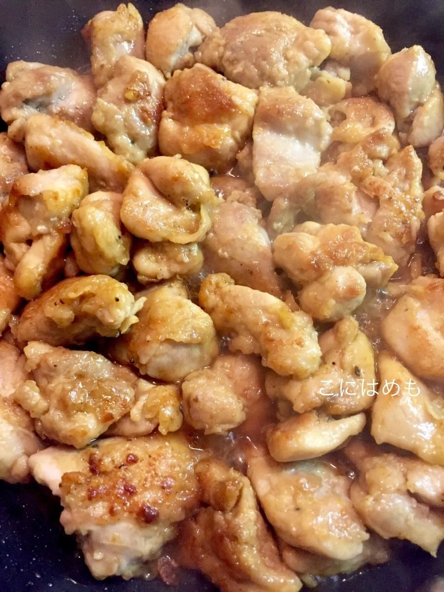 甘酢照り焼きソースに鶏肉を絡める。