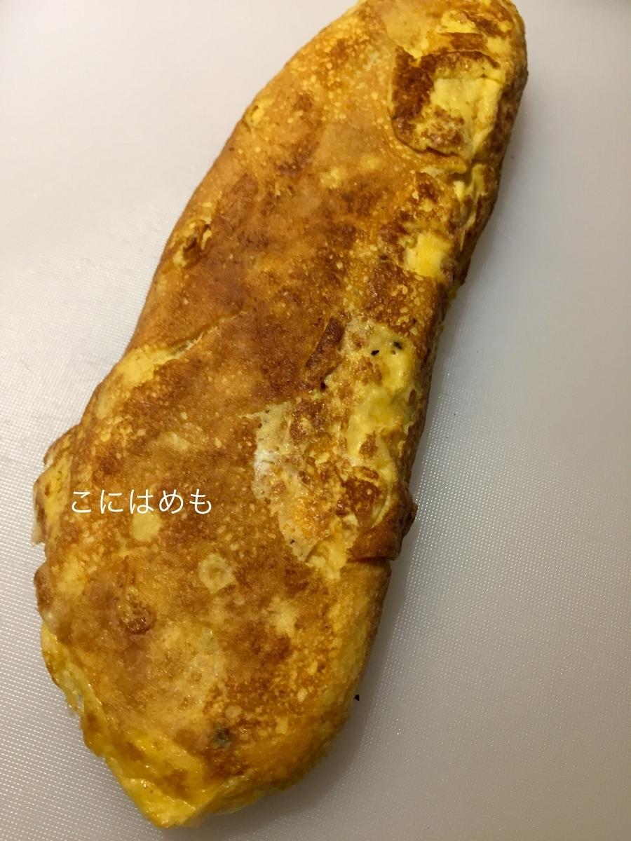 焼けた卵焼きをお好みの厚さにカットする。