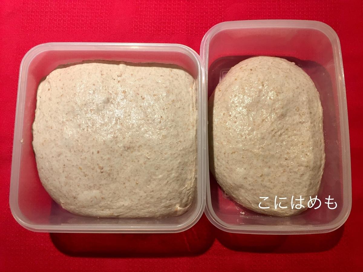 保存容器にパン生地を入れて冷蔵庫で休ませる前。冷蔵庫から取り出したパン生地。