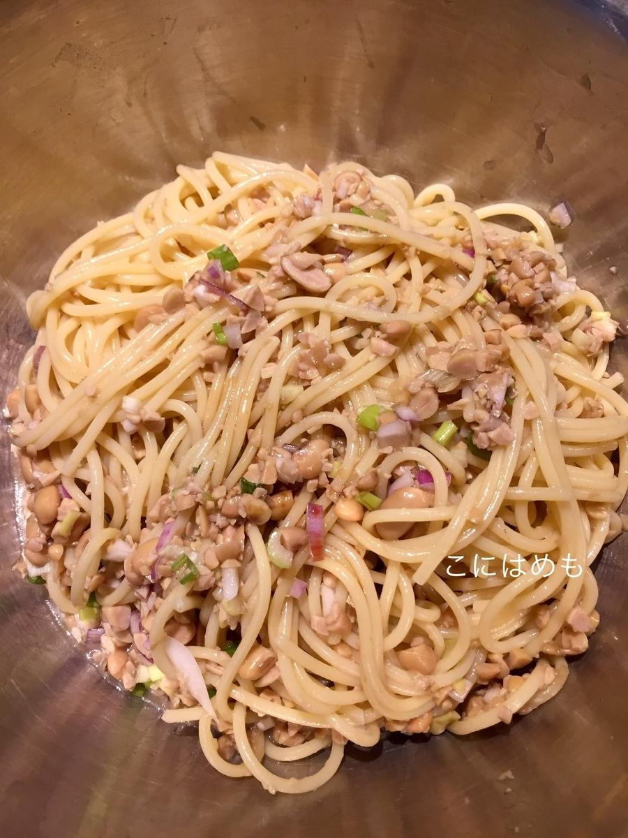 冷たいパスタに納豆と揚げ浸しのタレを混ぜる。