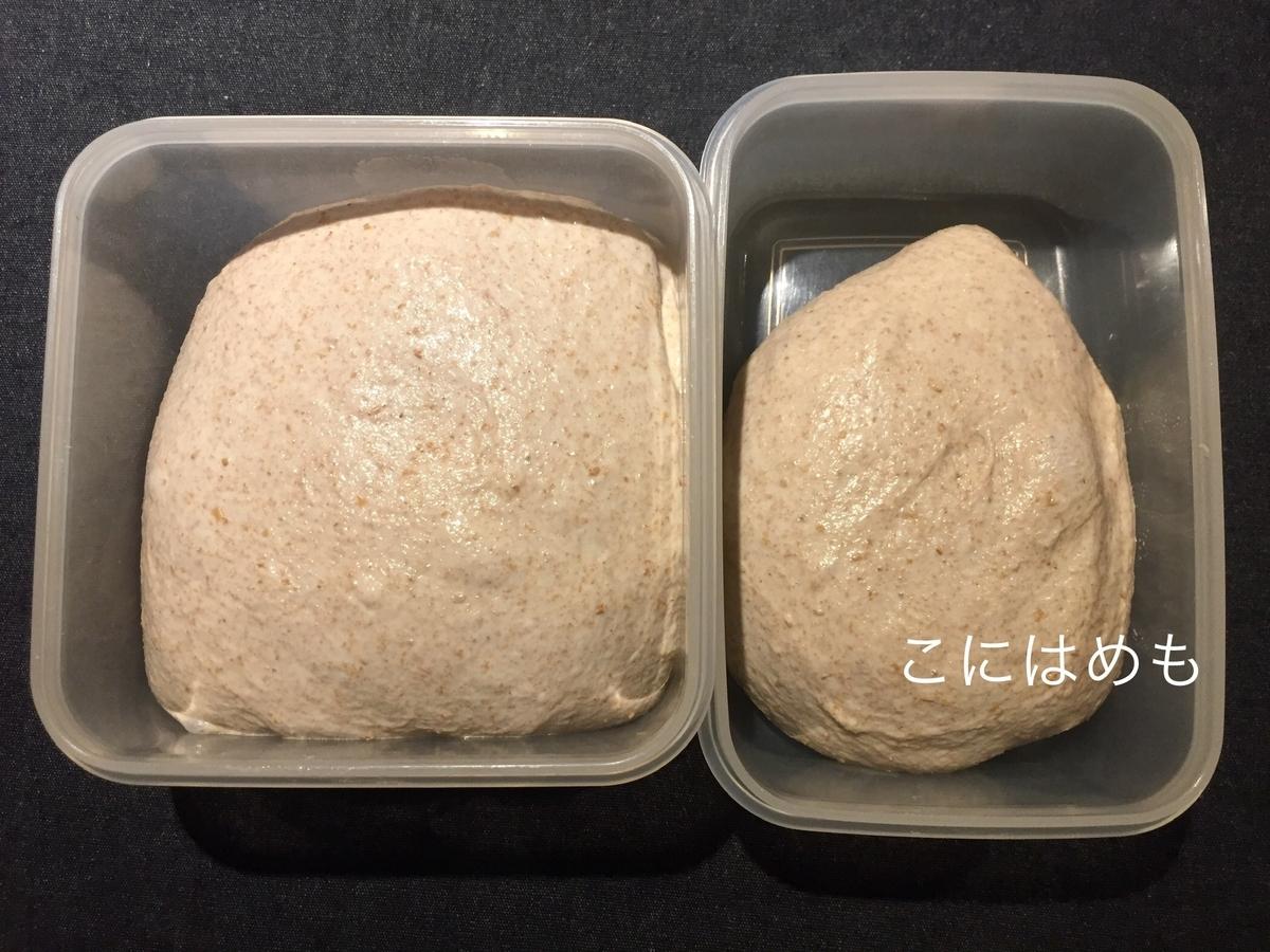 保存容器にパン生地を入れて冷蔵庫で休ませて【写真左】冷蔵庫から取り出したパン生地【写真右】