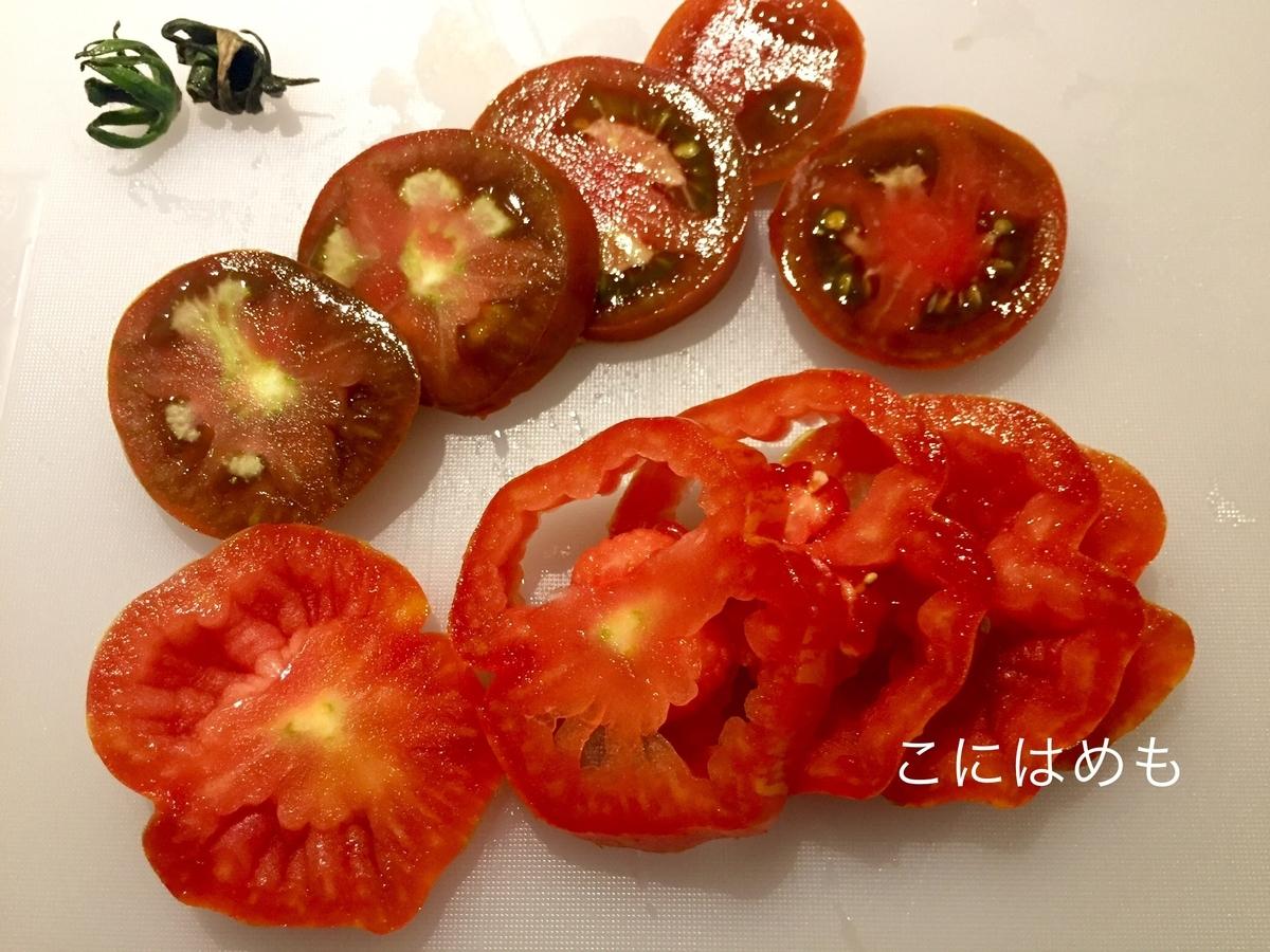 トマトを約7mm幅にスライスする。