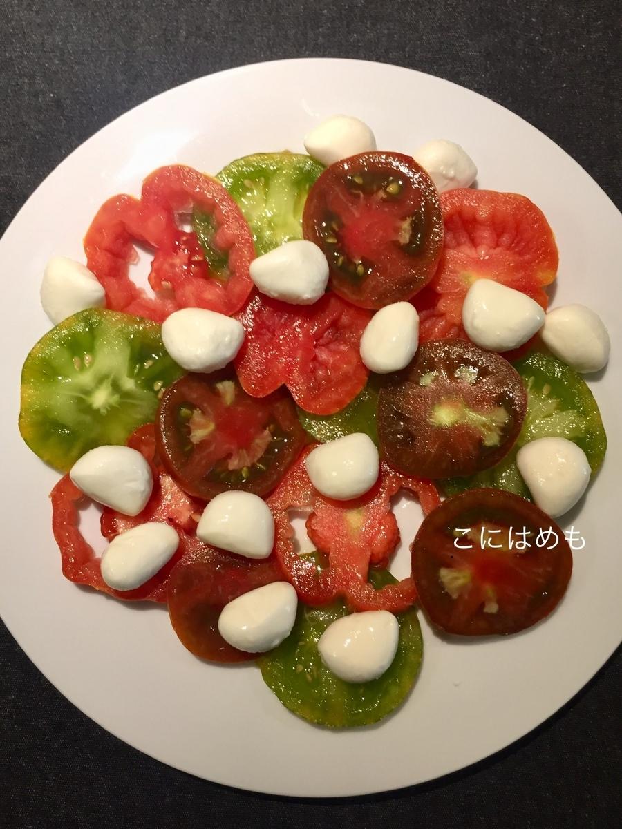 トマト、モッツァレッラをお皿に盛り付ける。