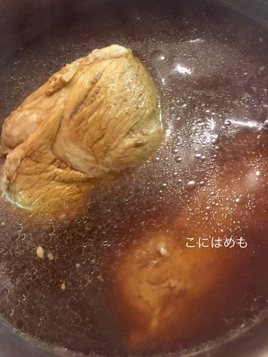 紅茶で豚のかたまり肉を茹でる。