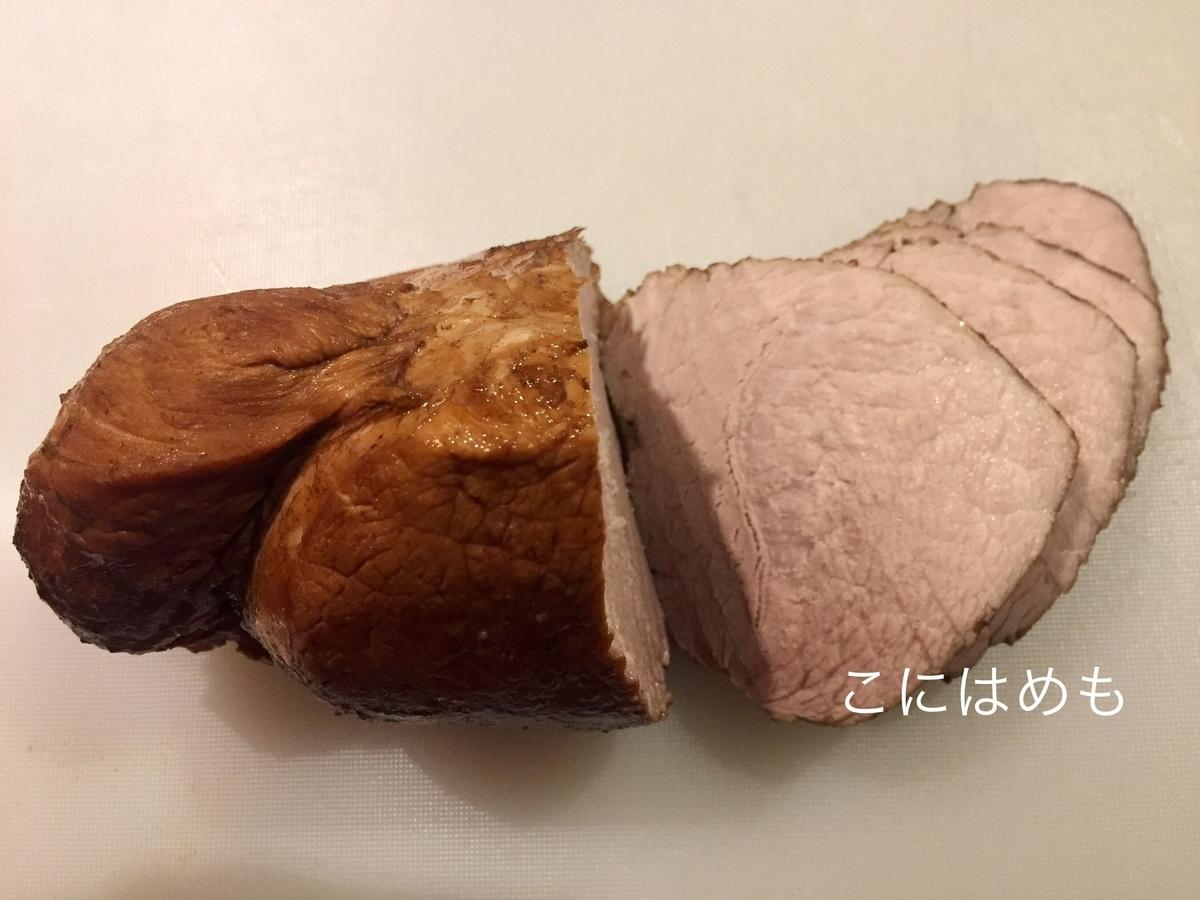 豚肉の粗熱が取れたら、お好みの厚さに切って保存容器に入れる。