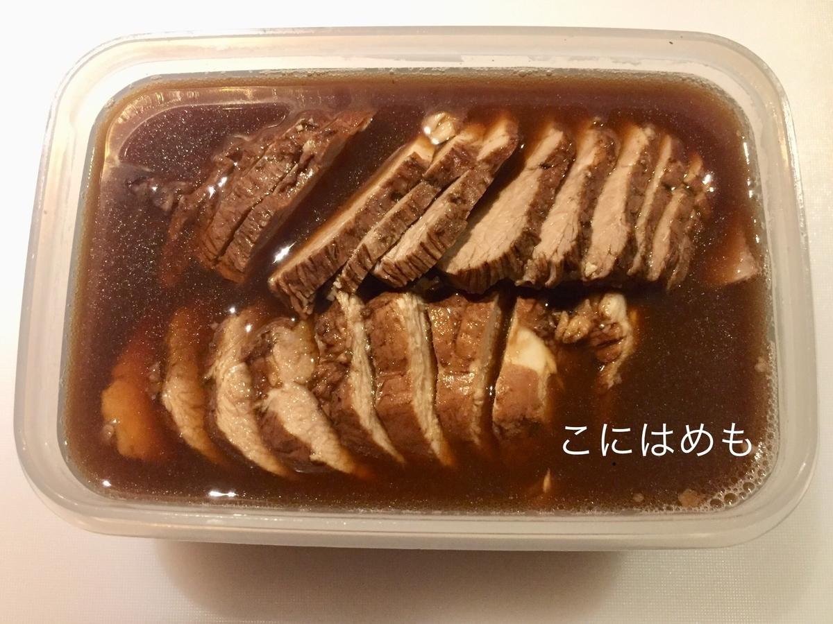 豚肉を漬けだれ、豚肉を茹でた紅茶に漬ける。