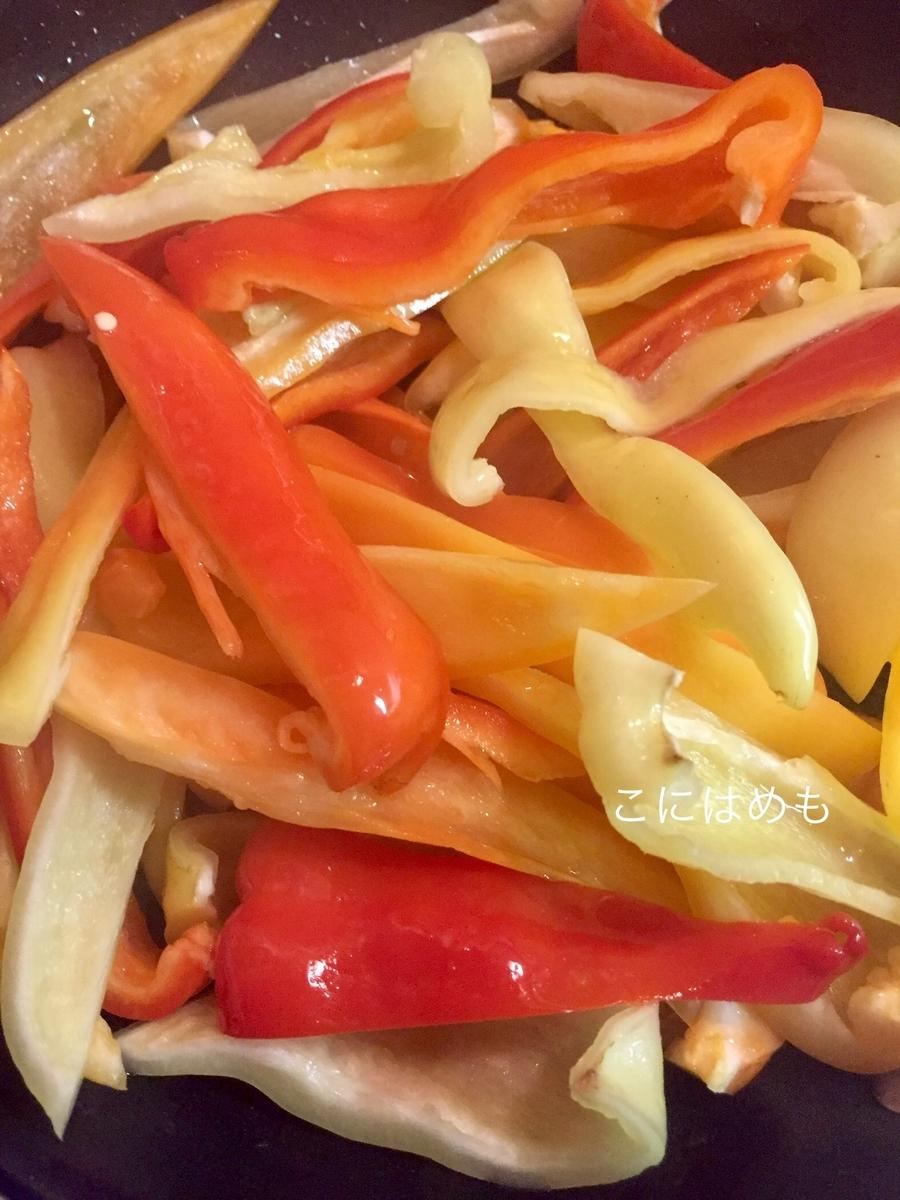 フライパンにオリーブオイル、パプリカをいれて蒸し焼きにする。