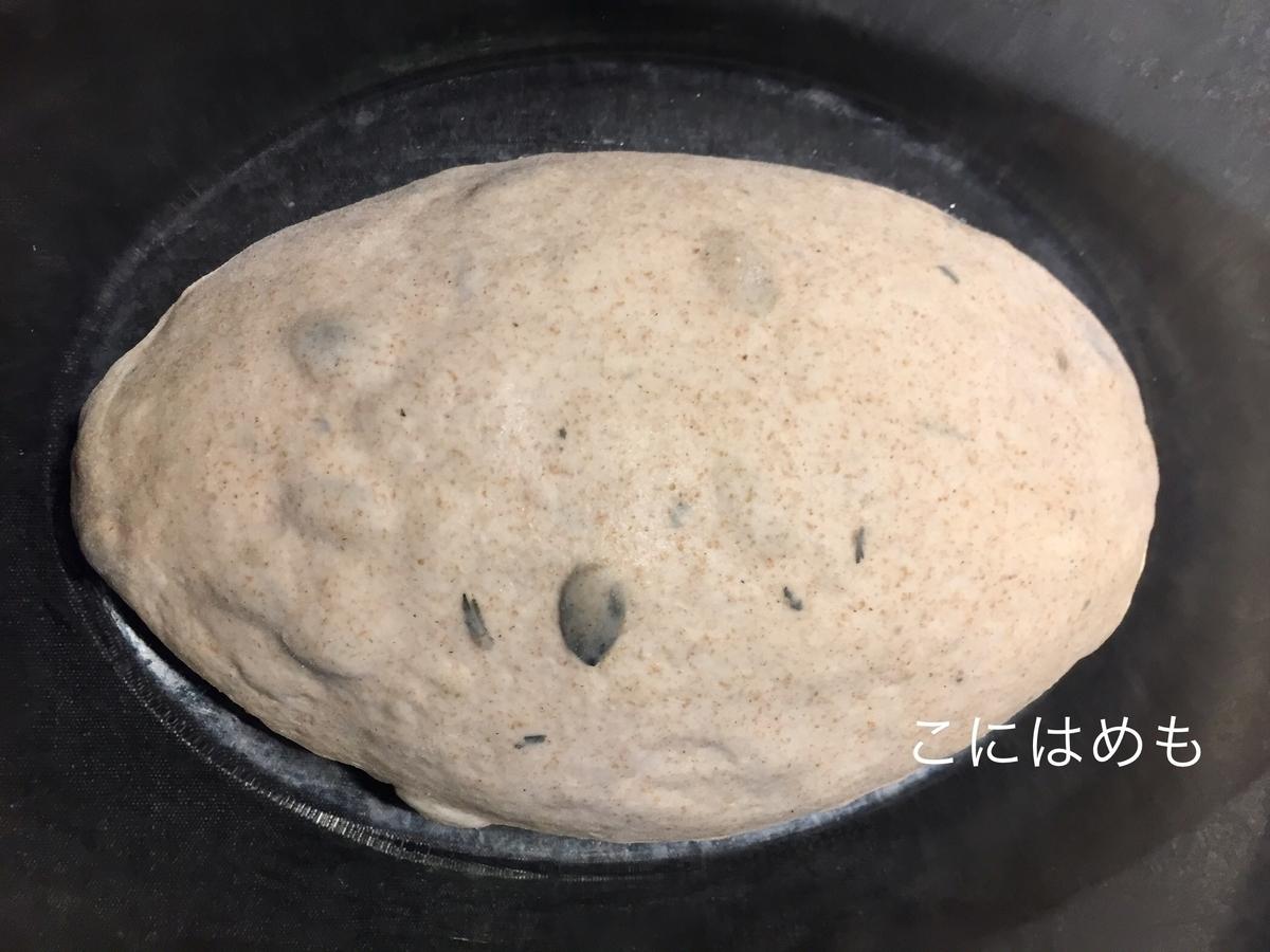 パンの成形をする。