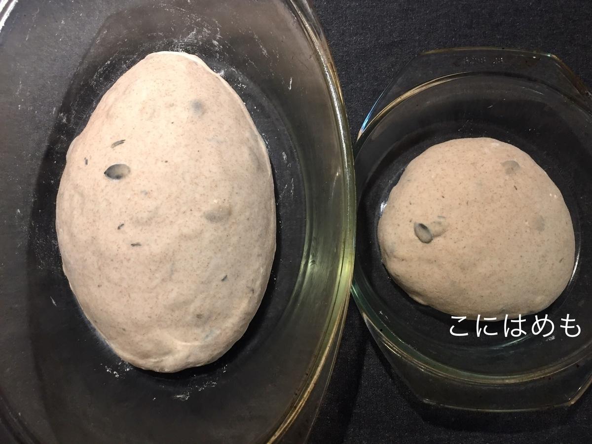 成形したパン生地を耐熱容器に入れ、クープを入れる。