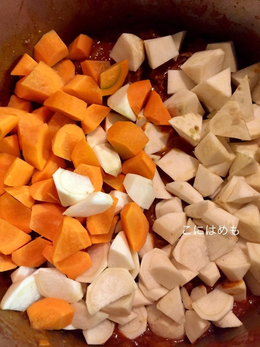人参、パセリの根、セロリの根を乱切りにカットして加え、混ぜる。