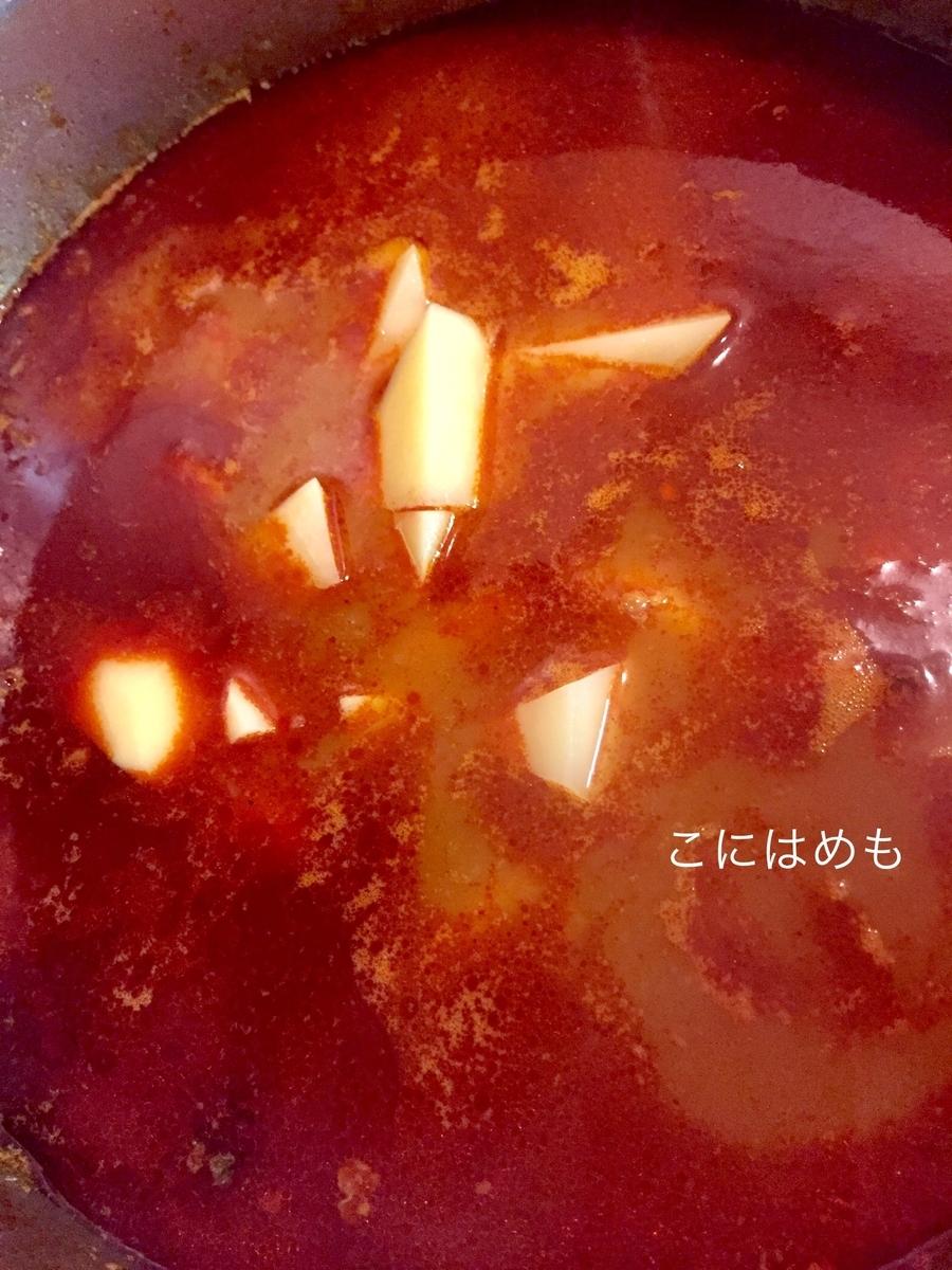 お野菜の火が通ったら、じゃがいも(乱切り)を加えて煮る。