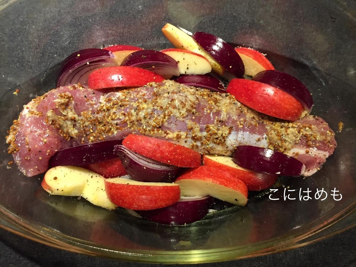 りんご、紫たまねぎをくし型に切ったもの入れる。