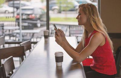 女性が携帯を見ている