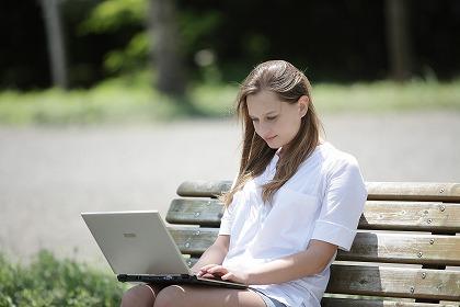 女性がパソコンする画像