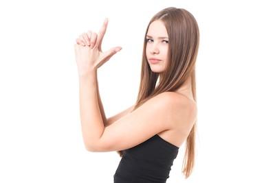 女が手で銃を構える画像