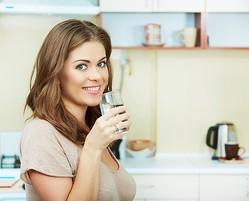 アルニカモンタナ  使い方 説明 水を飲む女