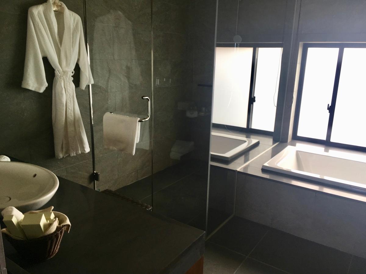 【宿泊記】 《ザ・ひらまつ ホテルズ&リゾーツ 宜野座》 広々としたバスルーム