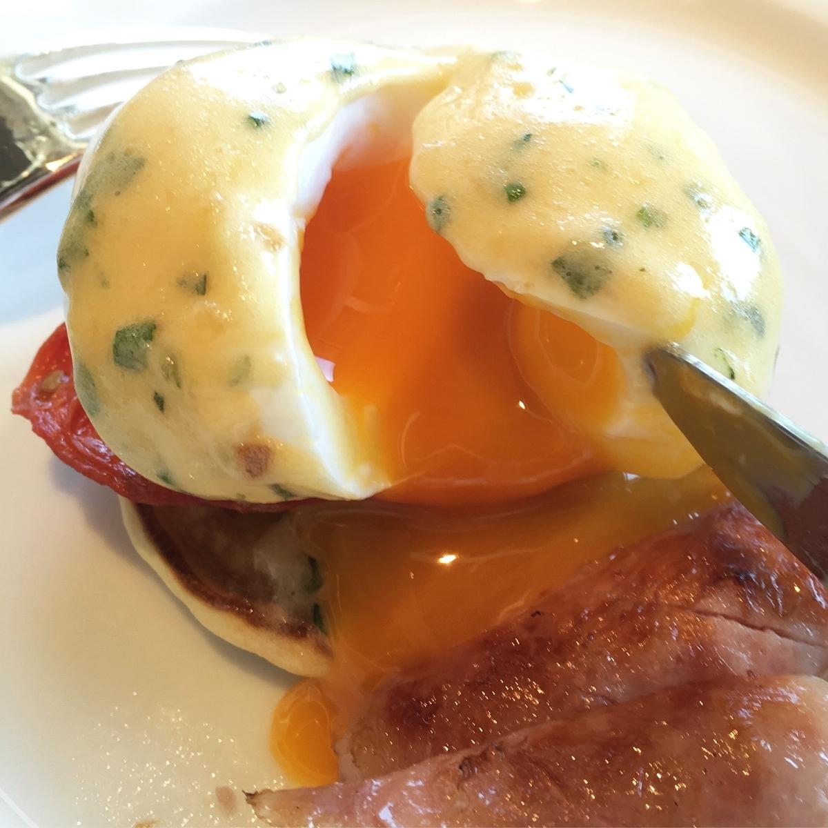 【宿泊記】 《ザ・ひらまつ ホテルズ&リゾーツ 宜野座》 朝食 エッグベネディクト