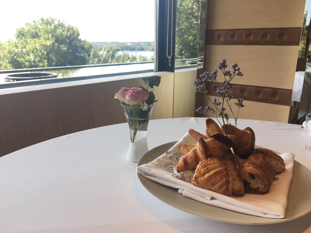 【宿泊記】 《ザ・ひらまつ ホテルズ&リゾーツ 賢島》 朝食 個室ダイニングルーム 種類豊富なパン(トーストにクロワッサンにパンオショコラなどなど)