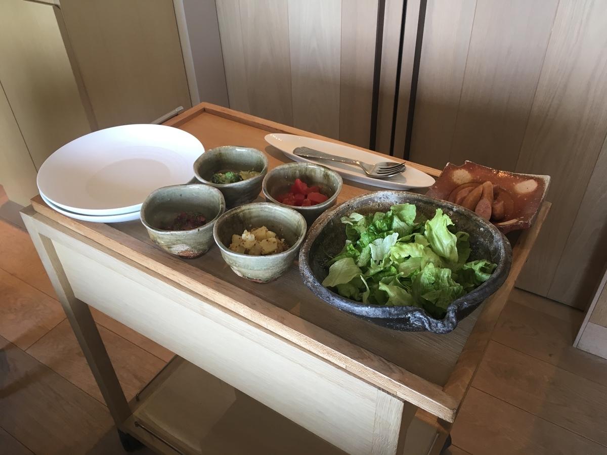 【宿泊記】 《ザ・ひらまつ ホテルズ&リゾーツ 賢島》 朝食 個室ダイニングルーム ヘルシーなサラダは目の前で盛り付けてくださいます