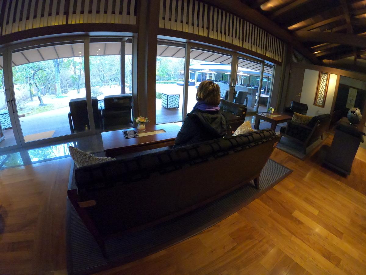 やまぐち湯田温泉古稀庵 ロビーのソファーでゆったりとお庭を眺めながらチェックイン