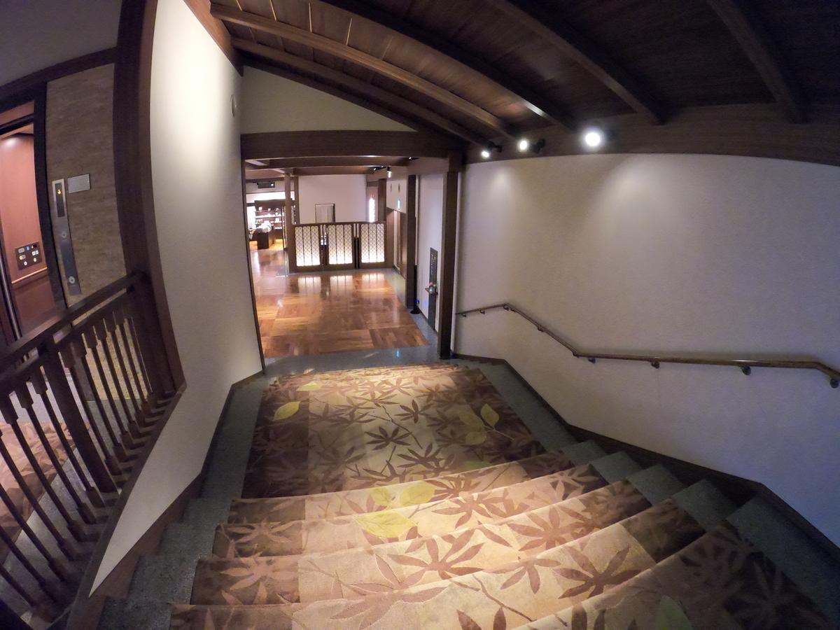 やまぐち湯田温泉古稀庵 ロビーから客室棟までの階段とエレベーター