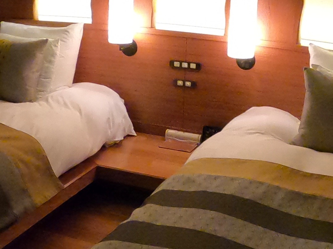 やまぐち湯田温泉古稀庵 「麒麟草」のお部屋はベッド横のテーブルが低くなっていて安全